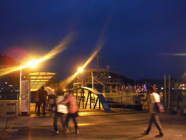 夜、渡船にのって尾道商店街にくりだしても…夜の渡船も素敵ですよ