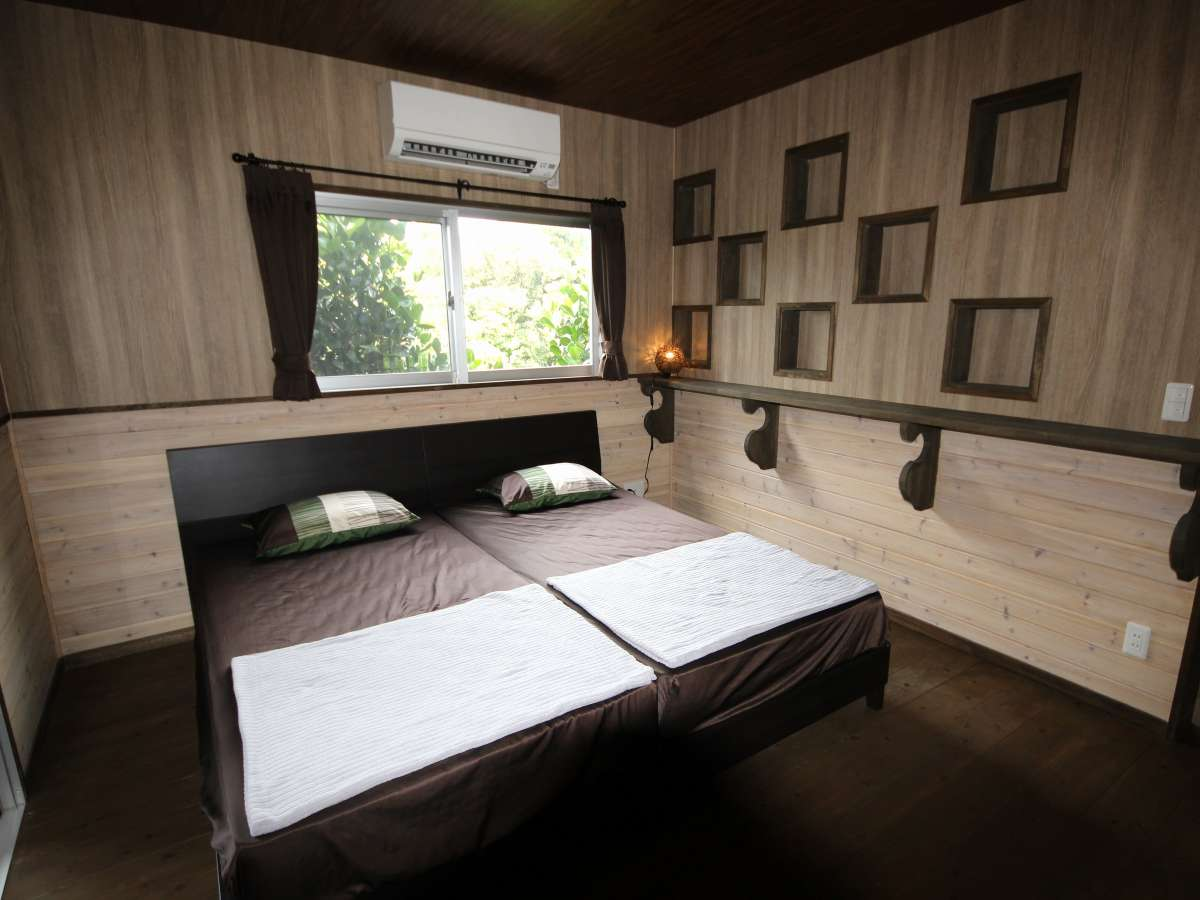 *2階寝室/ツイン・ダブルベッドルーム
