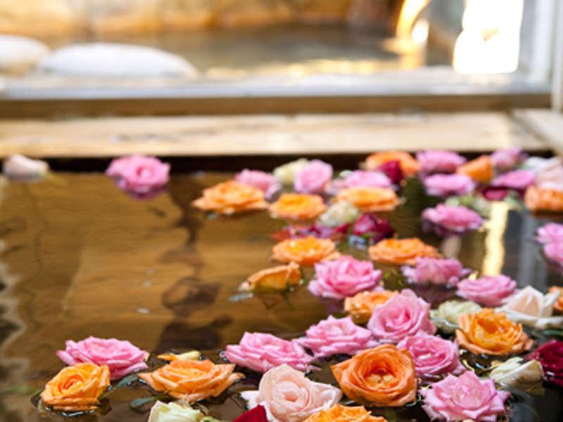 【檜風呂】バラの香りに癒されて…贅沢なひと時をお楽しみください