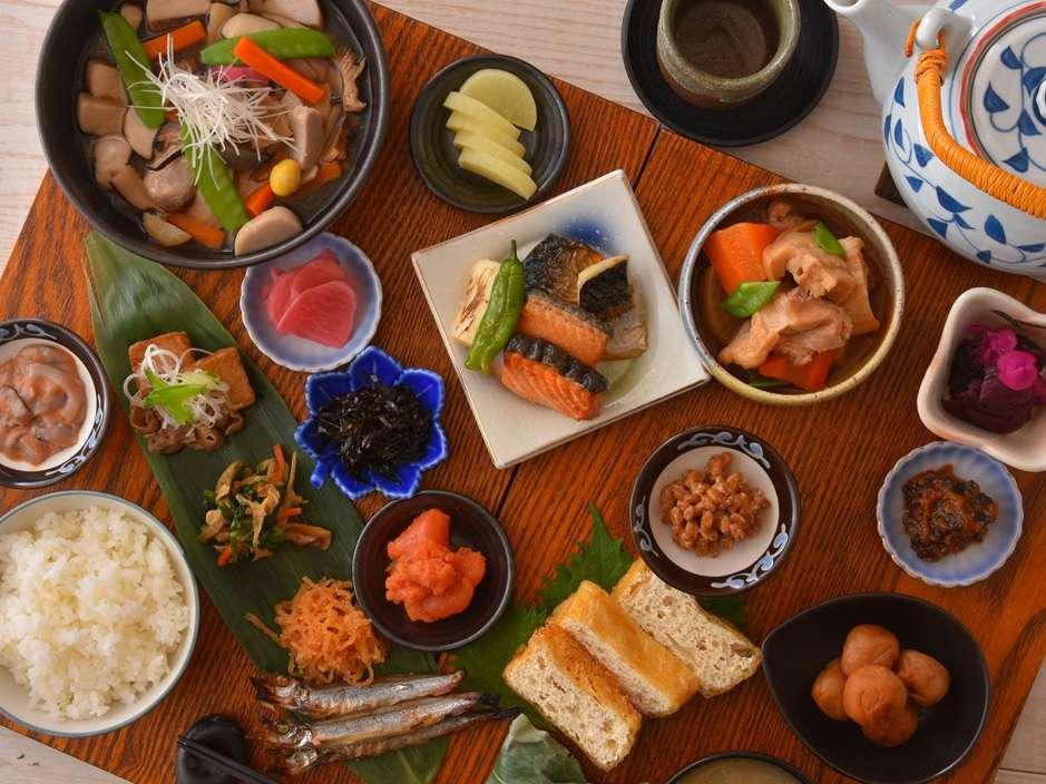 朝食バイキングは品数常に50以上。地産のこだわりの食材とその食材を使用した郷土料理でおもてなしします。