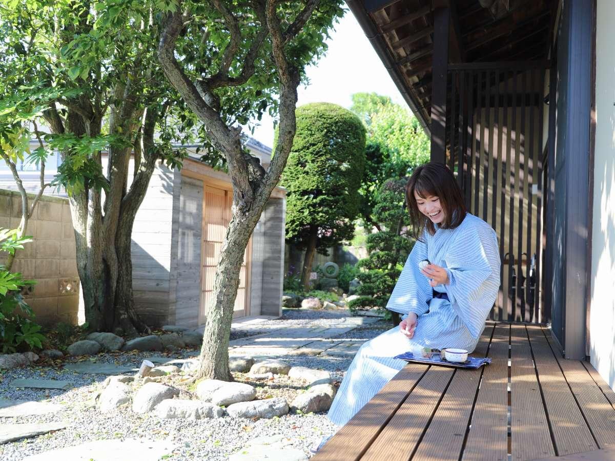 庭園と縁側でのんびり過ごす