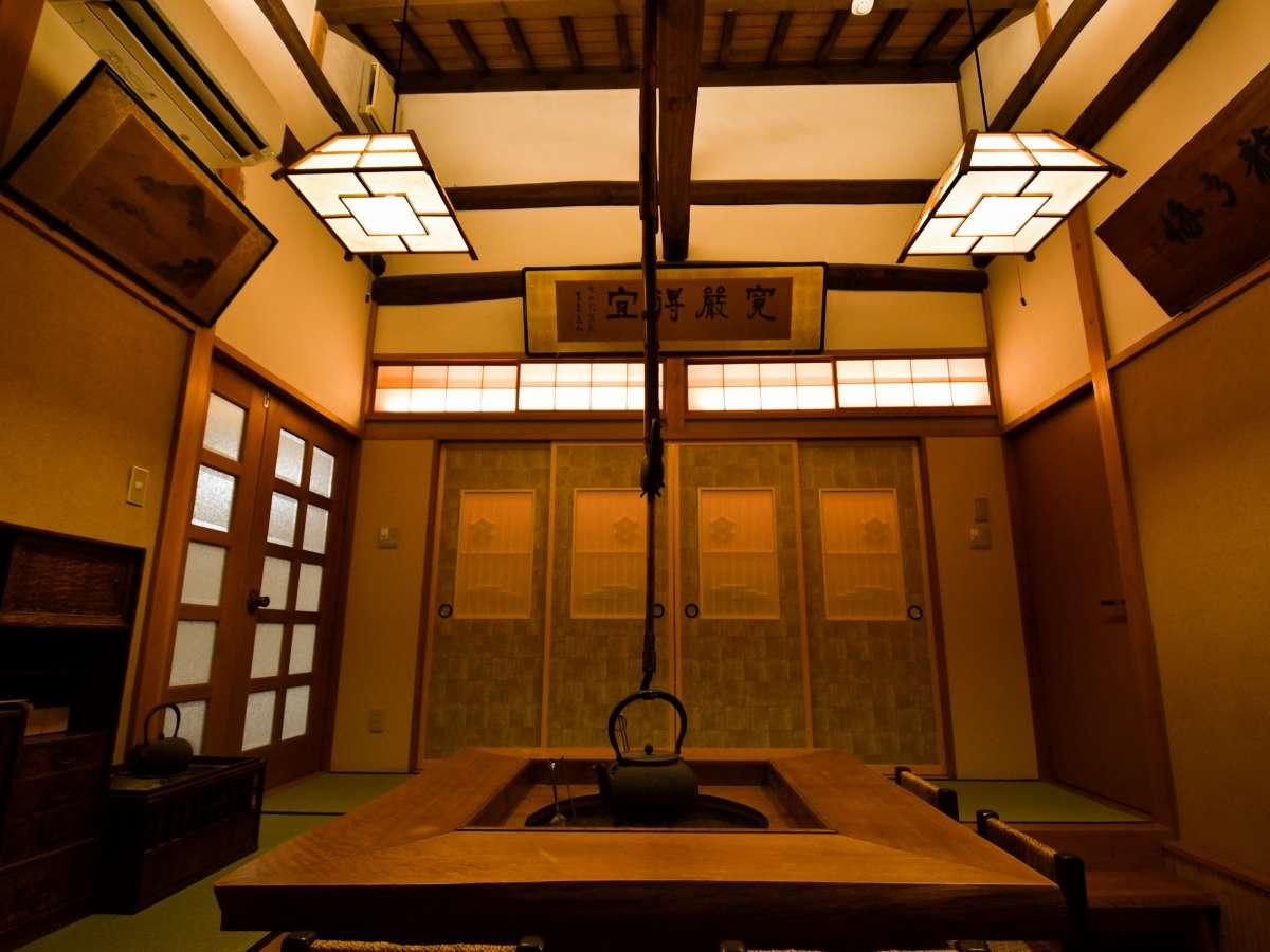 古民家ならではの天井の梁や、囲炉裏を活かした寛ぎスペースもございます。