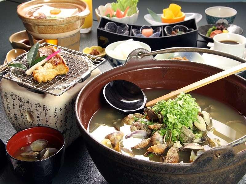 朝食はあさりの味噌汁が自慢の和定食をご用意します。