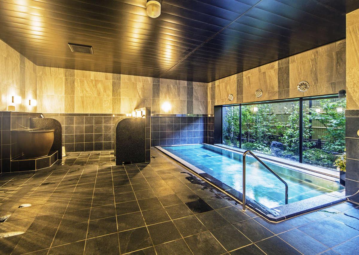 【男性大浴場】広々として浴槽で足を伸ばし、日々の疲れを癒しください。