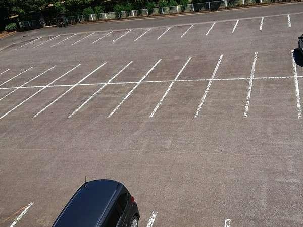 約80台駐車可能な無料平面駐車場(大型車もOK!)
