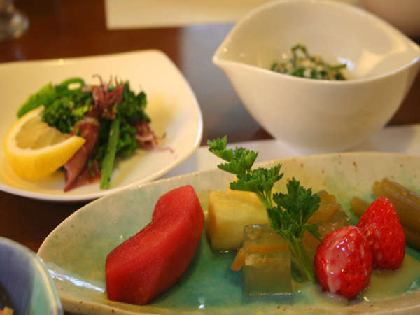 自家栽培の野菜・山菜・きのこなどを使った料理や、無添加の生ベーコンなど、季節に採れたものを中心に♪
