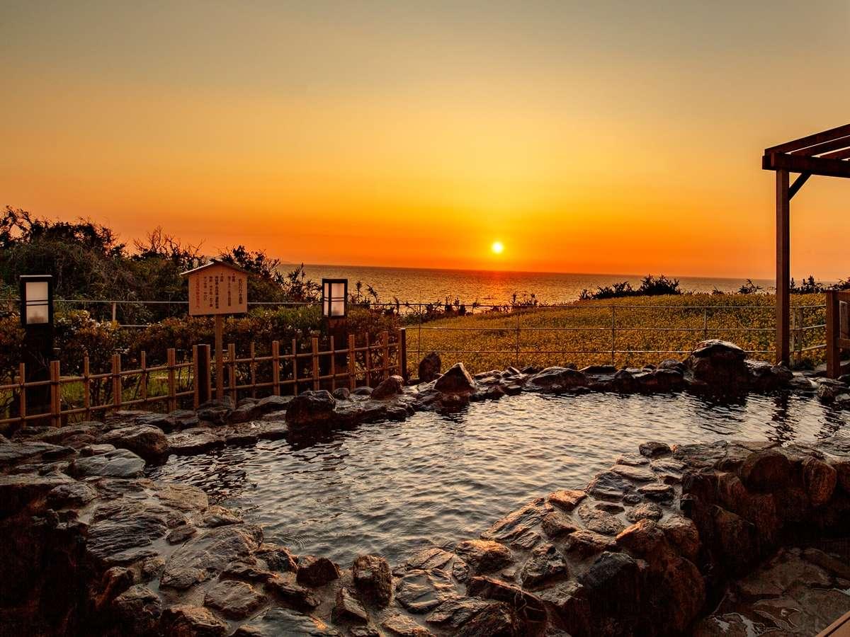 【露天風呂・夕】空と海面を真っ赤に染める夕日は絶景!
