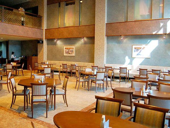 【レストラン】明るい日差しが差し込む開放的な空間。