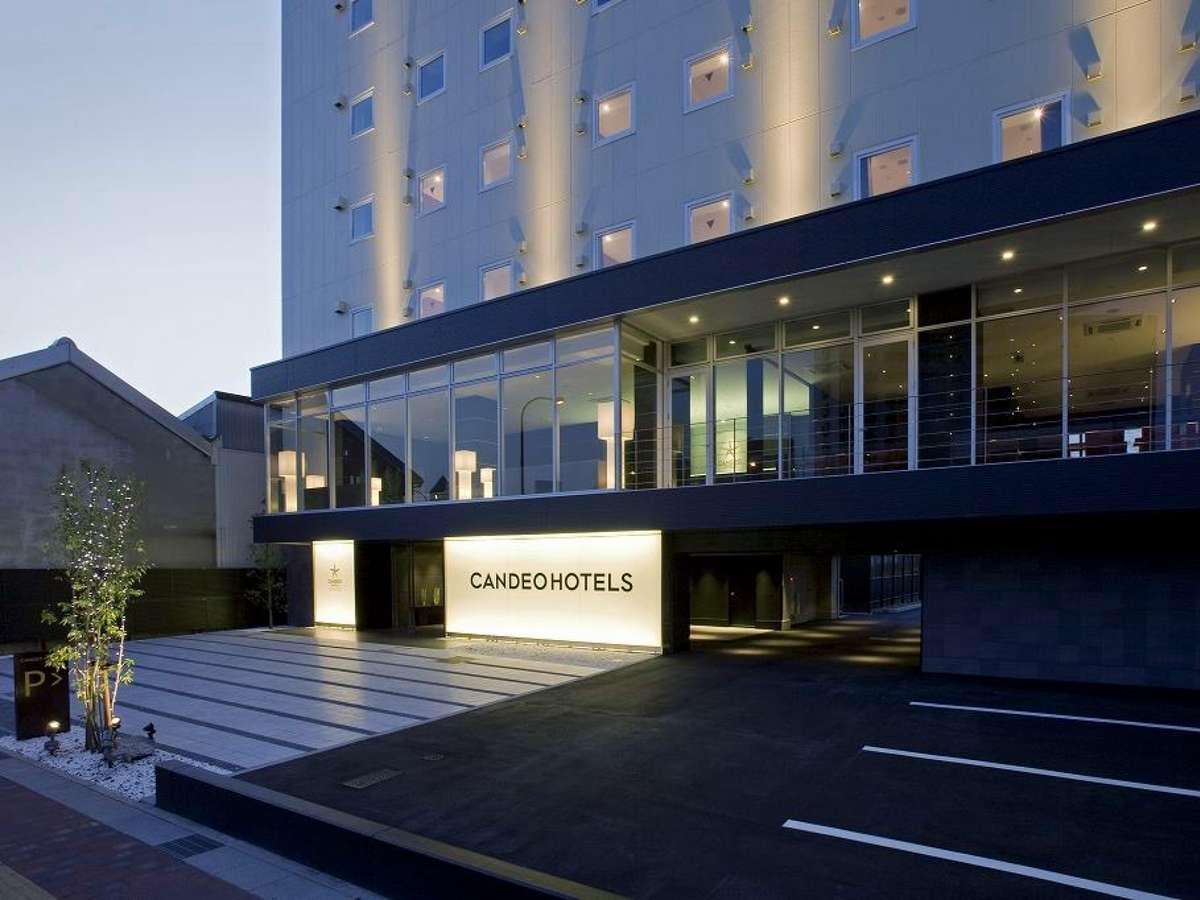 国道側から光を浴びた夜のカンデオホテルズ。