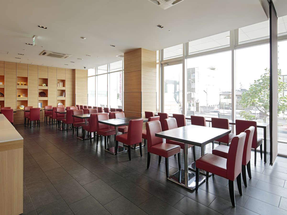 ご朝食会場では常設73席をご用意。お子様用椅子もご用意致しております。(数に限りがございます。)