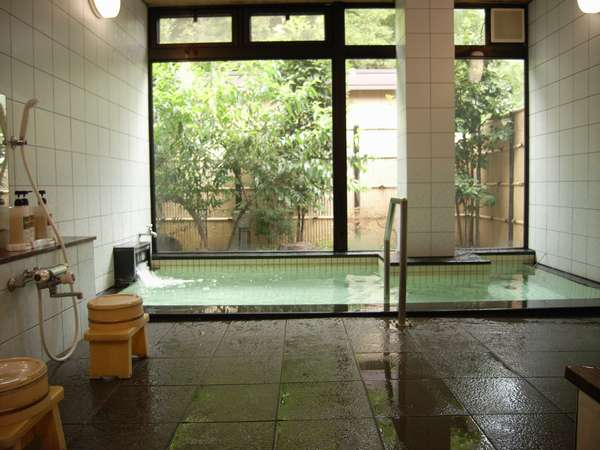 こじんまりとした庭に面したお風呂♪四季折々の姿を楽しめます。