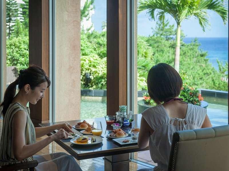 テラス席では、朝食時にお天気が良ければ海を見ながらお食事をお召し上がり頂けます。(席予約不可)