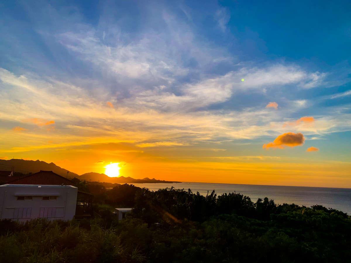 ヴィラ屋上から見えるのは石垣島の広い空と海、そして美しいサンセット。