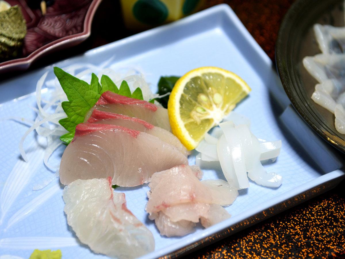 *【夕食一例】日本海の鮮魚を使用したお造りは、触感が抜群で、噛むたびに甘みが広がる絶品です。