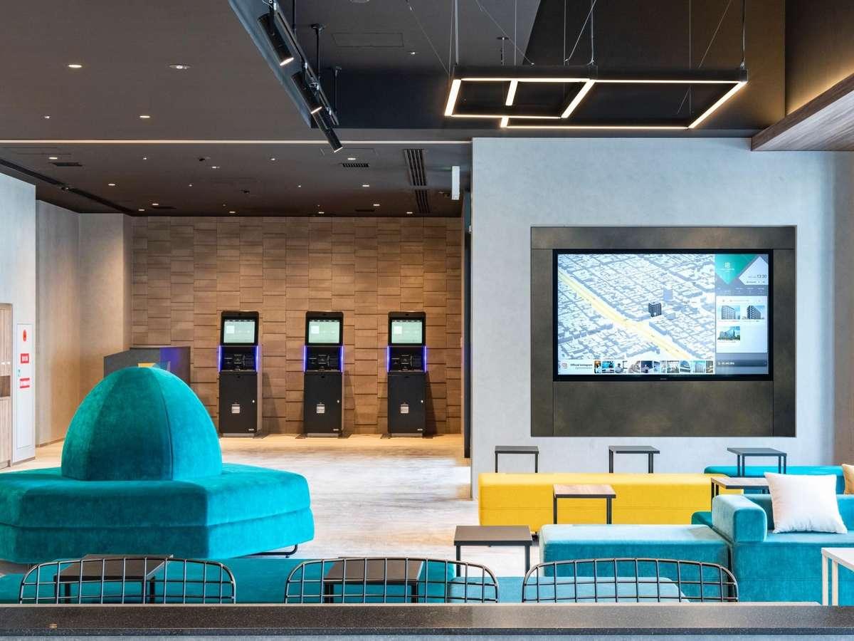 ロビーエリア、チェックインエリア、カフェエリアが一つの空間になるようにデザインをしております。