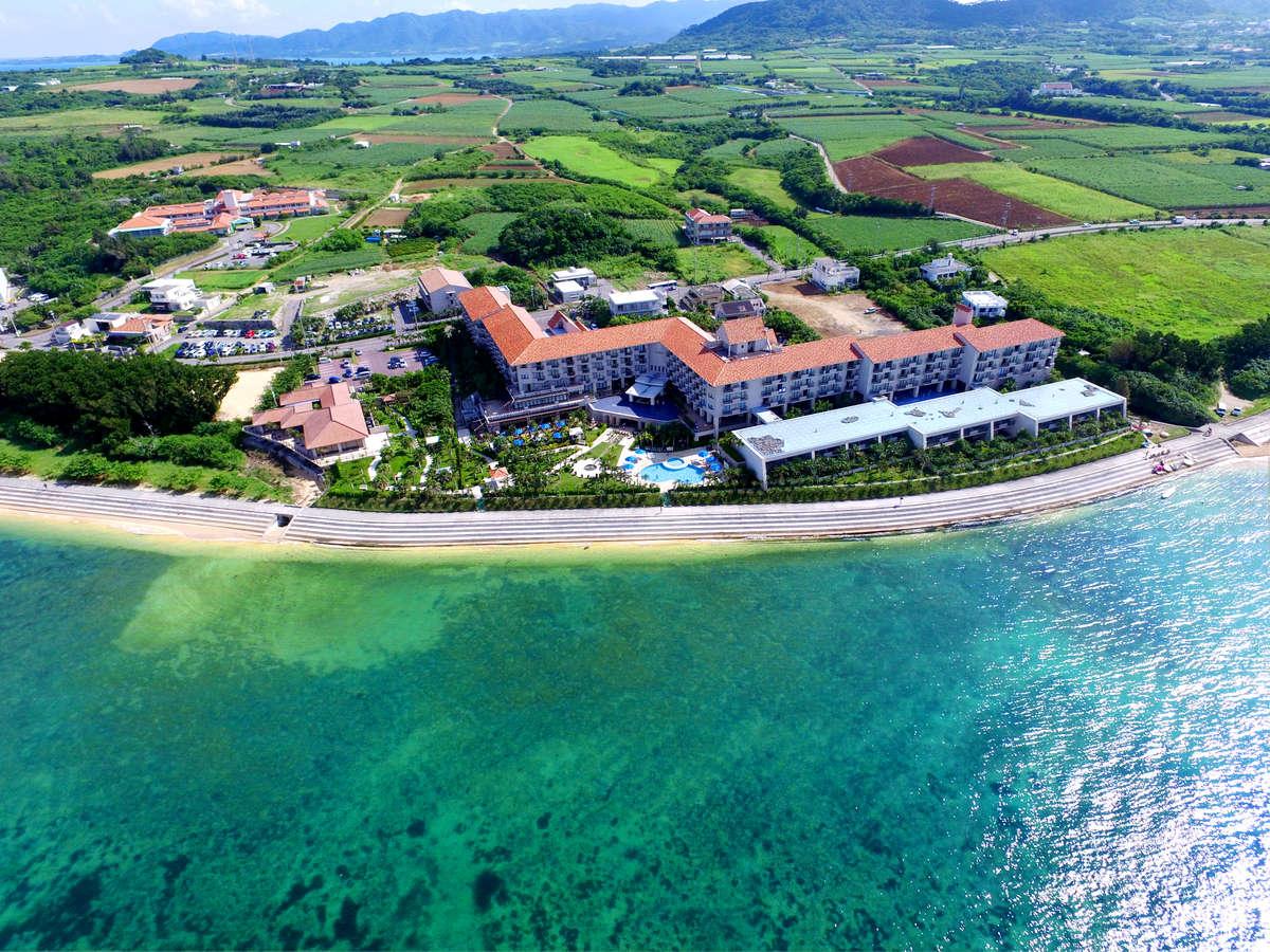 南国の青い海を目の前に望む全200室のリゾートホテル