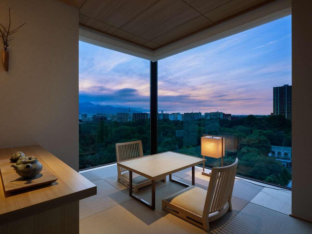 植物園側のお部屋から見える夕景。窓いっぱいに広がる景色をお愉しみください。