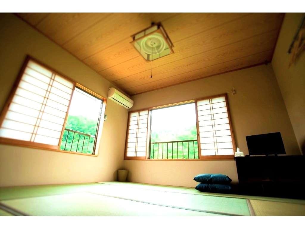 客室・八畳一間、テーブル・布団・TV・エアコン・加湿空気清浄器がございます。