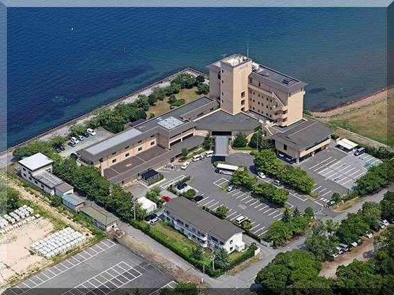 【当宿外観】日本一の琵琶湖のさざ波が打ち寄せる湖岸に建つ絶景の宿