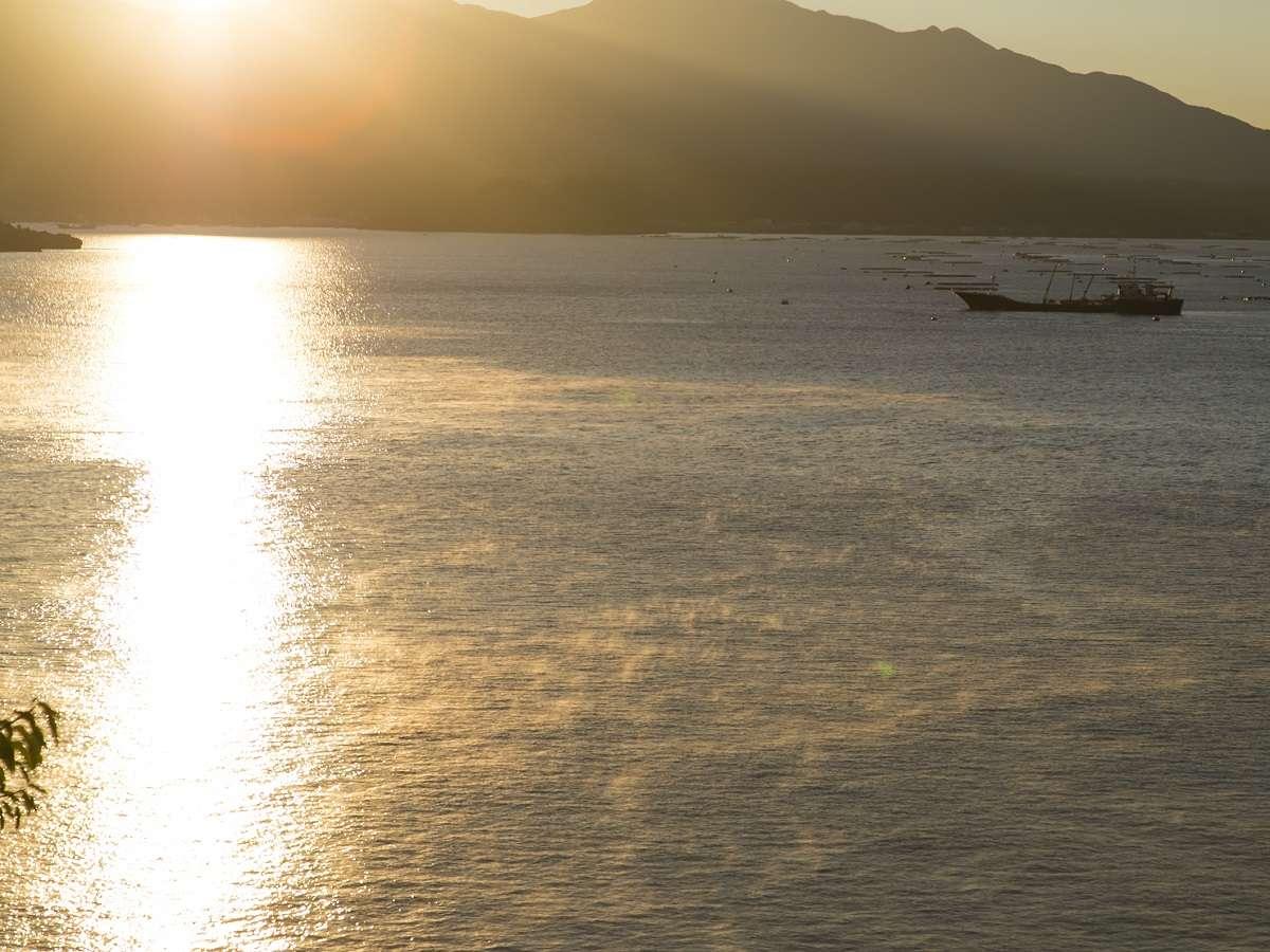 海に映る朝日が眩しい・・・。錦江湾と変わりゆく空の景色をお楽しみください。