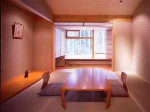 全体を同系色でまとめ、外の自然とも調和する客室一例(撮影:冨田治)