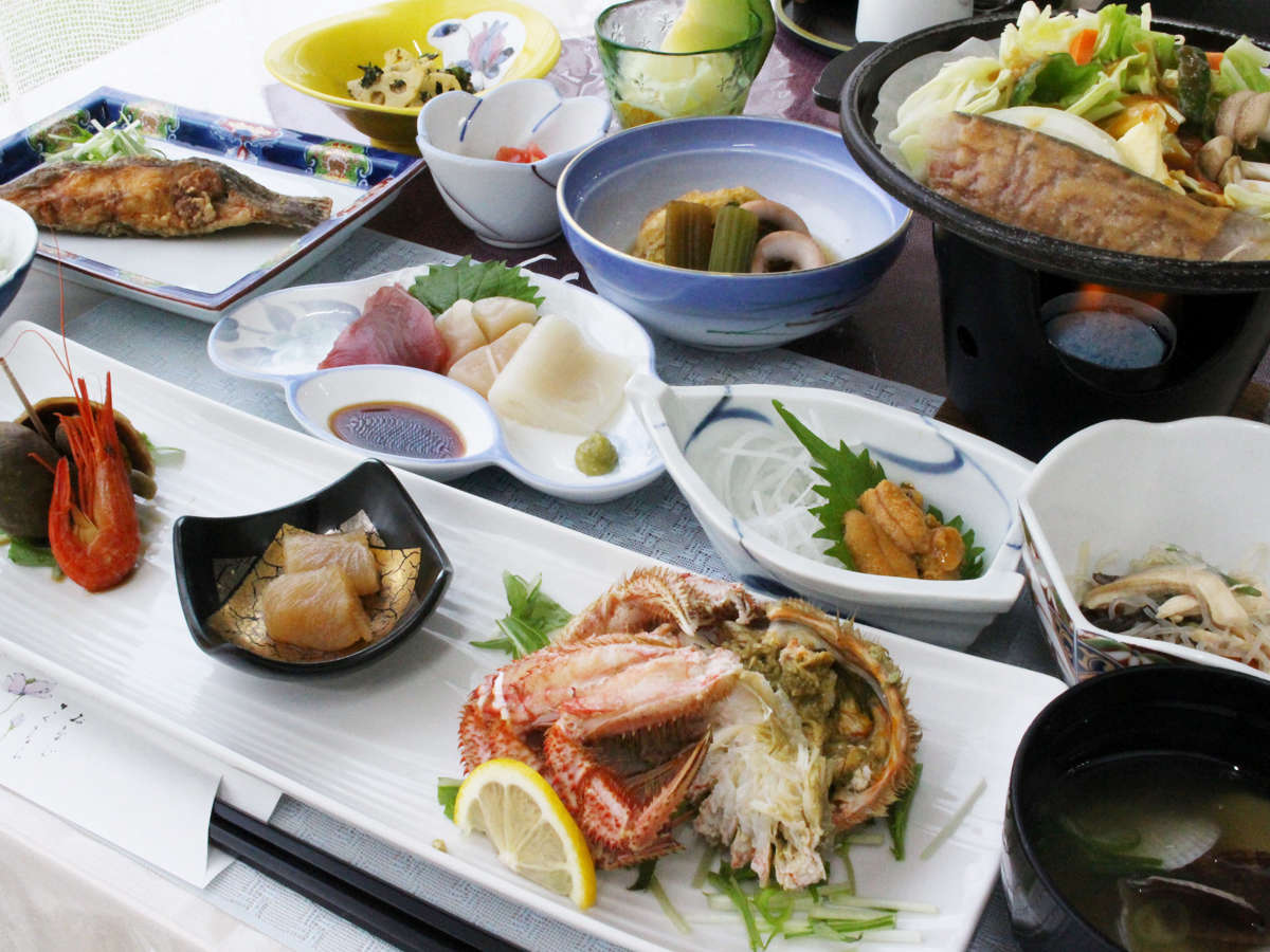 *【夕食全体例】オホーツク海、日本海の旬の食材が食卓を彩ります。