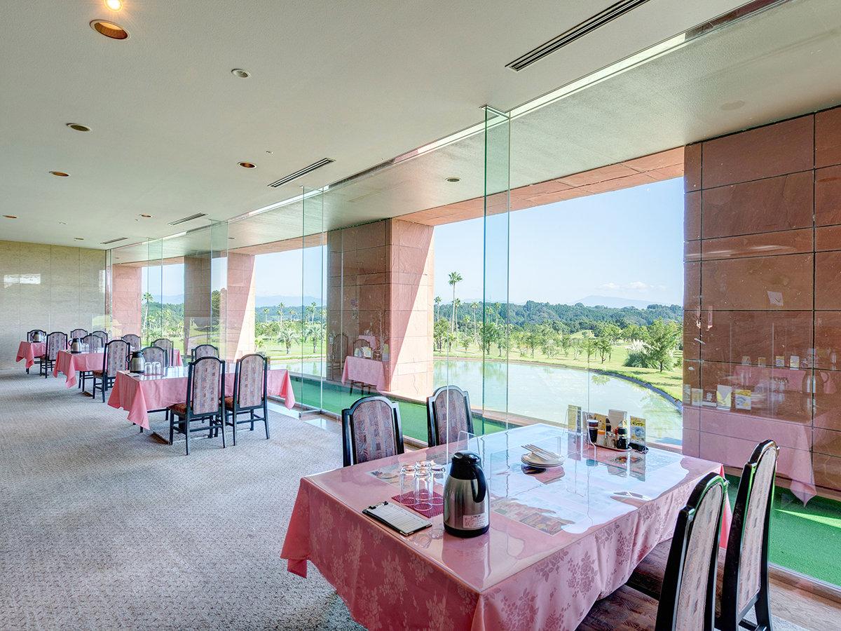 *【レストラン】大きい窓からゴルフ場を眺めながらお食事いただけます。