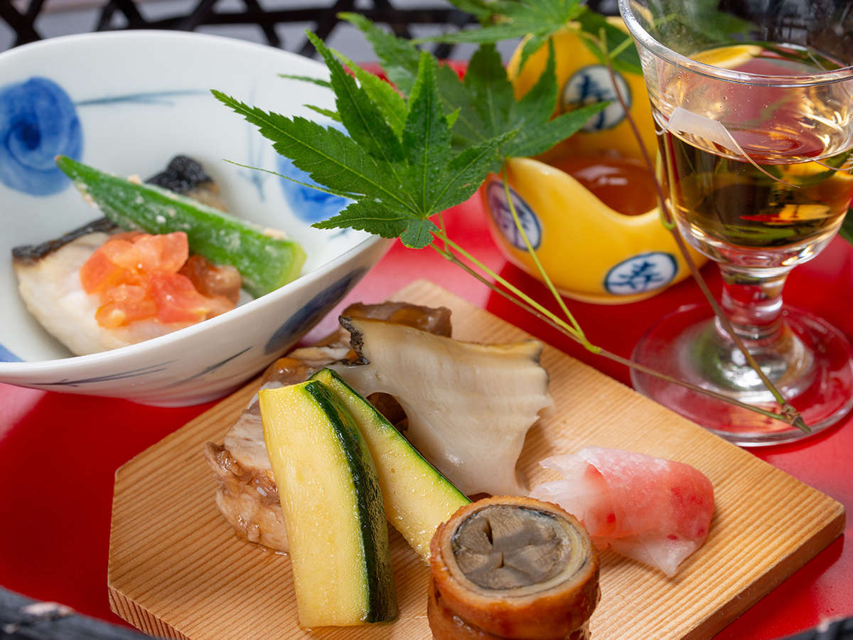 *【夕食一例:食前酒・前菜】とりわけ手間暇をかけた盛り付けと心配り。そして三保松原を感じさせる器選び