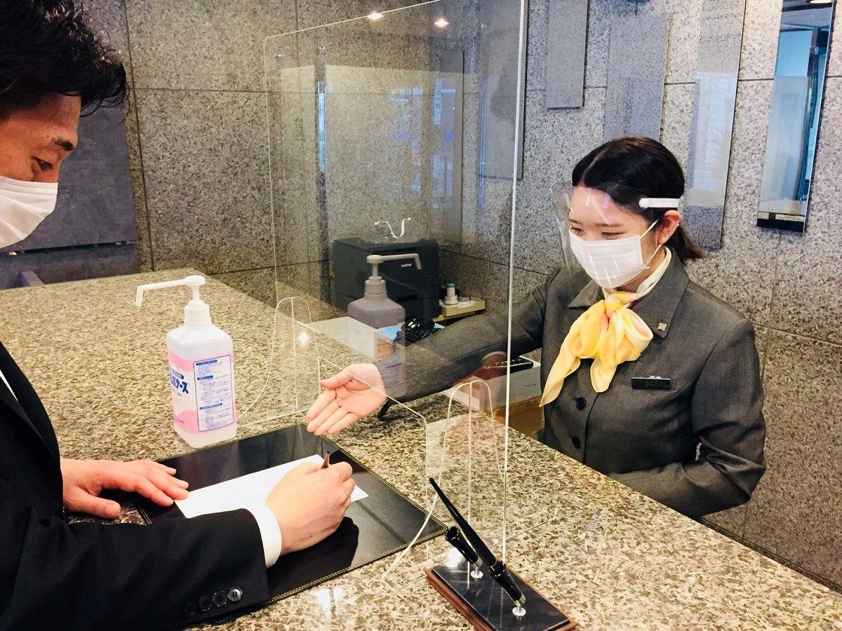 フロント・レストラン従業員は飛沫防止のためマスク及びフェイスシー ルドの着用を義務づけています。