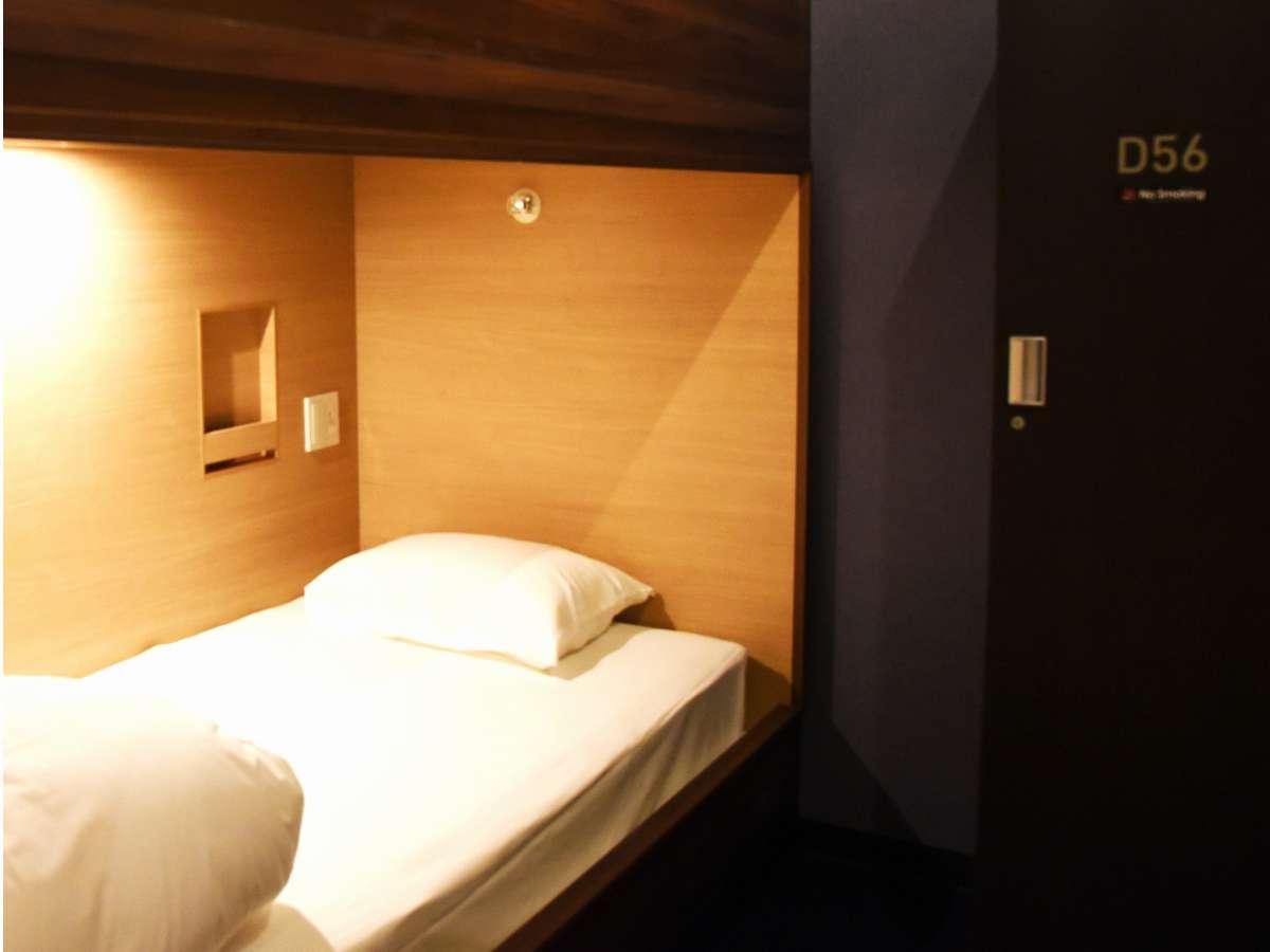 【1名様用(下段タイプ)】半個室です(天井開放) 鍵付ロッカーを室内にご用意