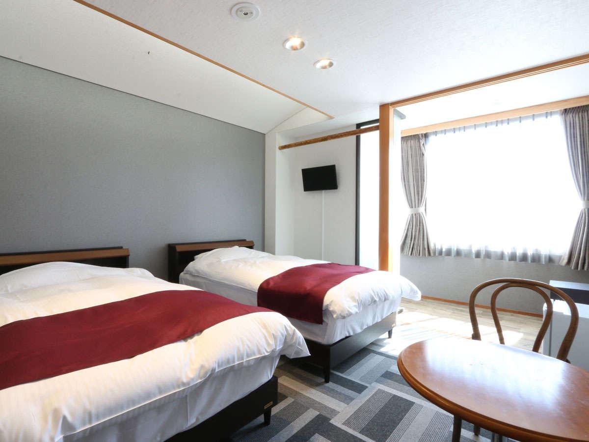 【洋室ツイン】白を基調とした落ち着いた空間でおやすみください。