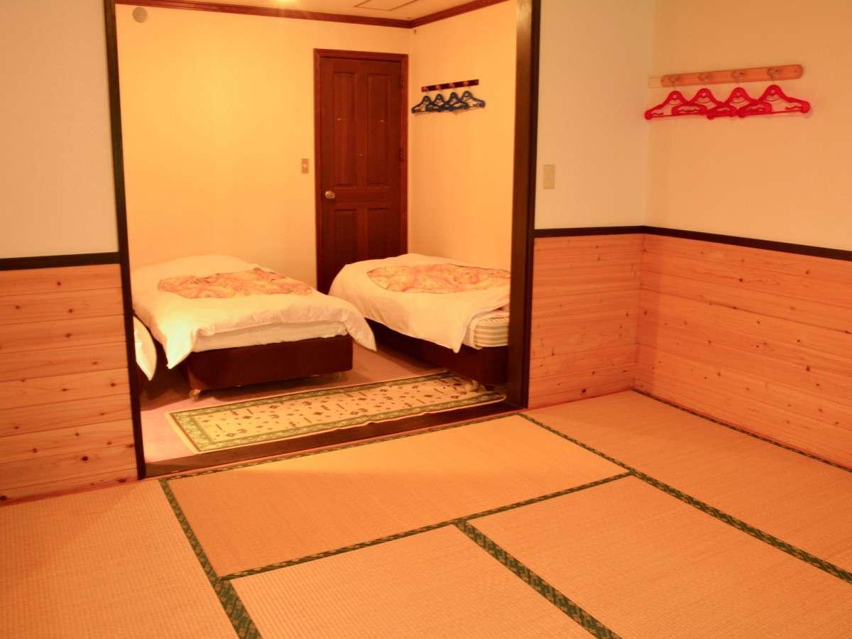 *和洋室/シングルベッド3台とお布団が6枚敷ける畳スペースがございます。
