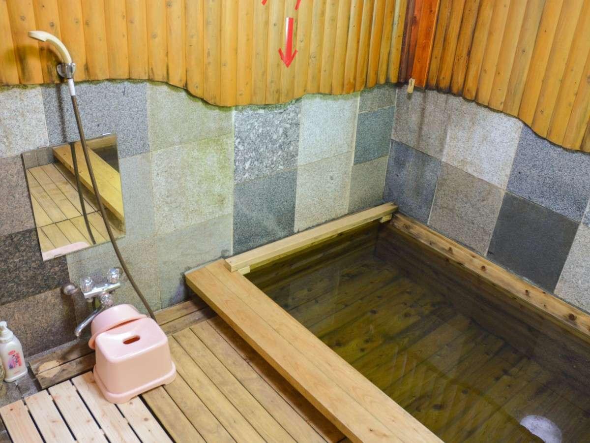 *ひのき風呂/お湯は人口温泉。20時以降は貸切でご利用できます。