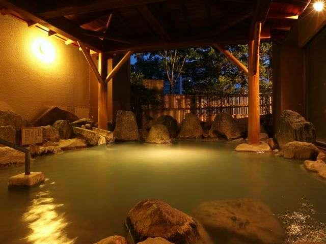 【大浴場/露天風呂(殿方用)】にごり湯の「わたの湯源泉」は当館含め6軒ほどしかない希少な湯
