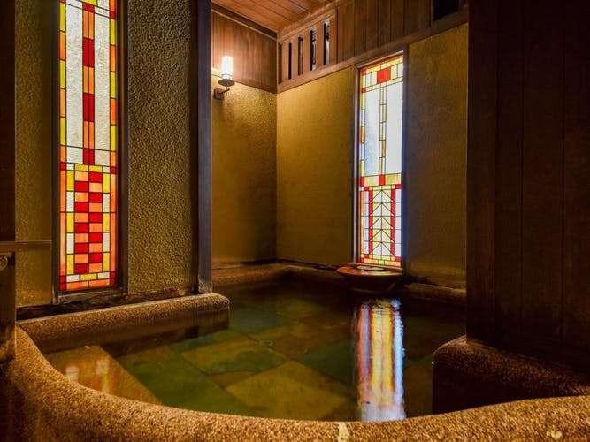 【無料の貸切風呂】ステンドグラスの光が幻想的なモダンな貸切風呂