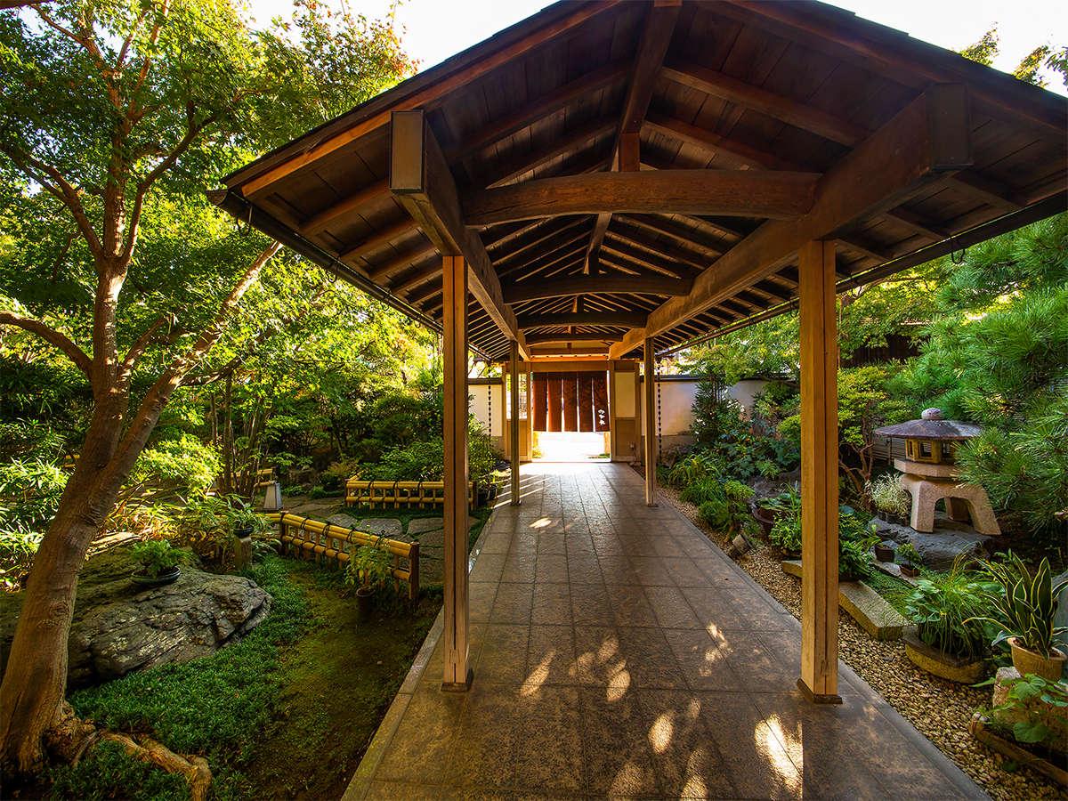 【玄関】日本の四季を彩る草花や鳥の鳴き声を愉しみながら玄関へ。
