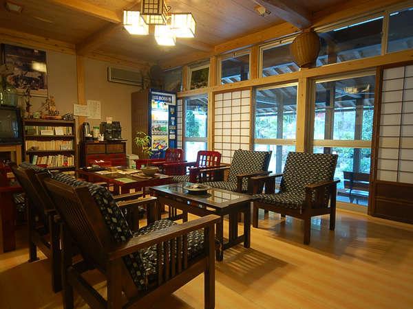 昭和の家具や雑貨が置かれ、懐かしい雰囲気の中でごゆっくり。ロビー