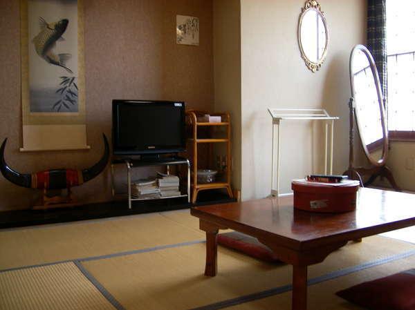 8畳の和室。部屋では有線LANでインターネット接続も可能
