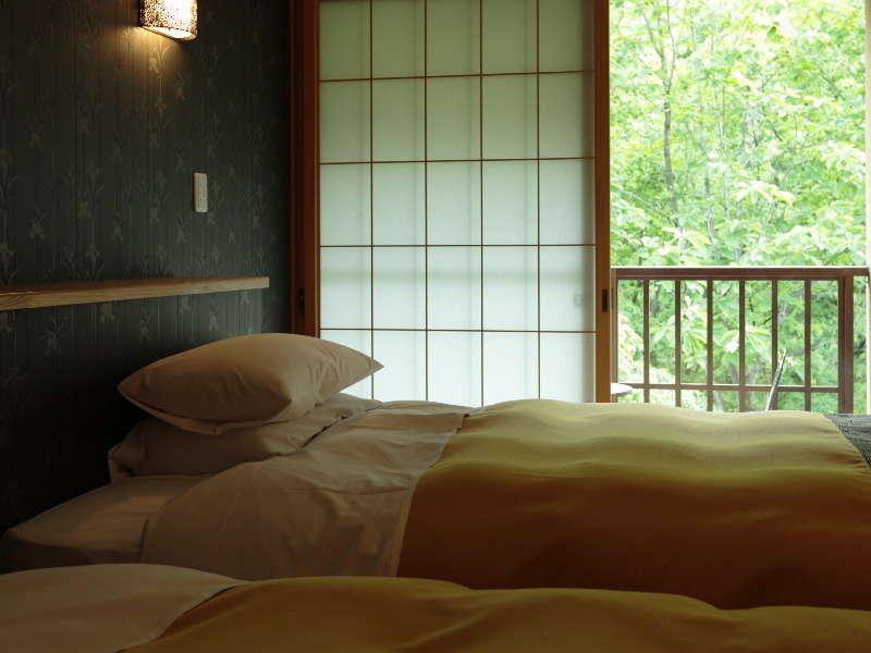 【ベッドのあるお部屋】シモンズ製セミダブルベッド2台のツインルーム+10畳和室+4.5畳和室を配した和洋室