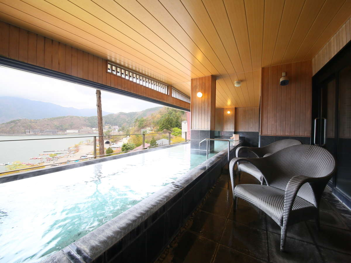 【展望大浴場:湯楽】(写真:男湯)湖に面して設計させた大浴場、開放感に溢れます。