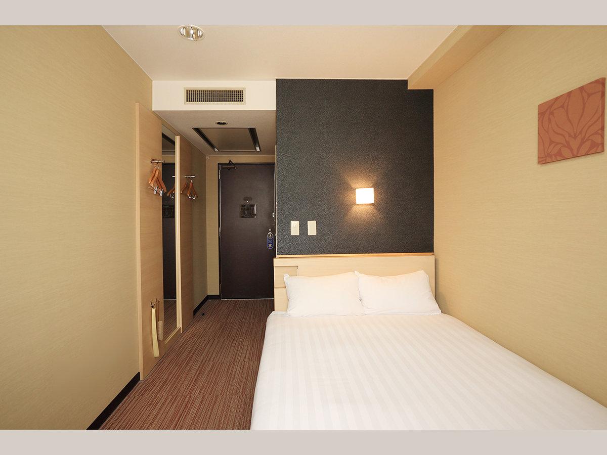 【シングルルーム】15㎡・ベッド幅140cm、Serta社製コイルマットレス使用。