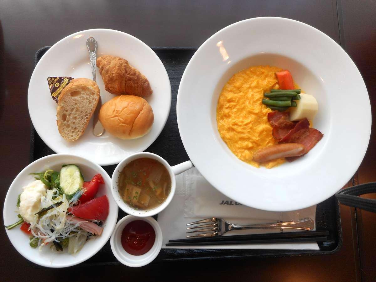 洋定食一例:卵、揚物は日替り。パン、スープ、牛たんカレー、フルーツ、デザート、小鉢はお替り自由。