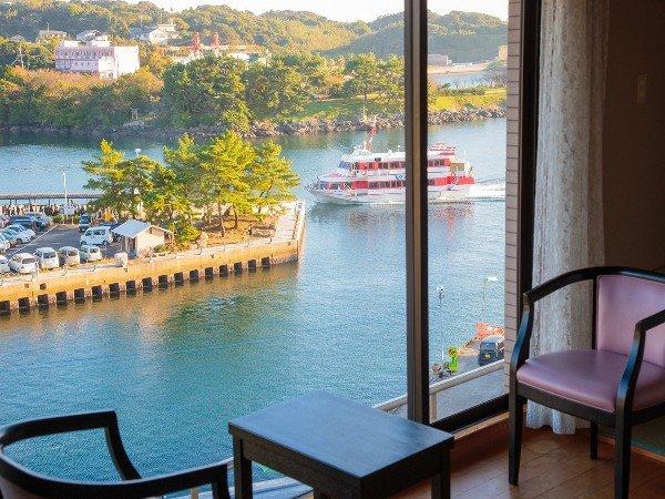 お部屋からは高速船やフェリー、漁船の行き交う姿をご覧頂けます。