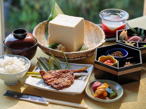 【朝食】壱岐豆腐やアジの干物などの和定食