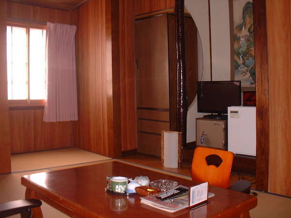 和室6帖のお部屋一例・全室エアコン・空冷蔵庫・液晶テレビ・金庫・脇息・座椅子備え付けてます。