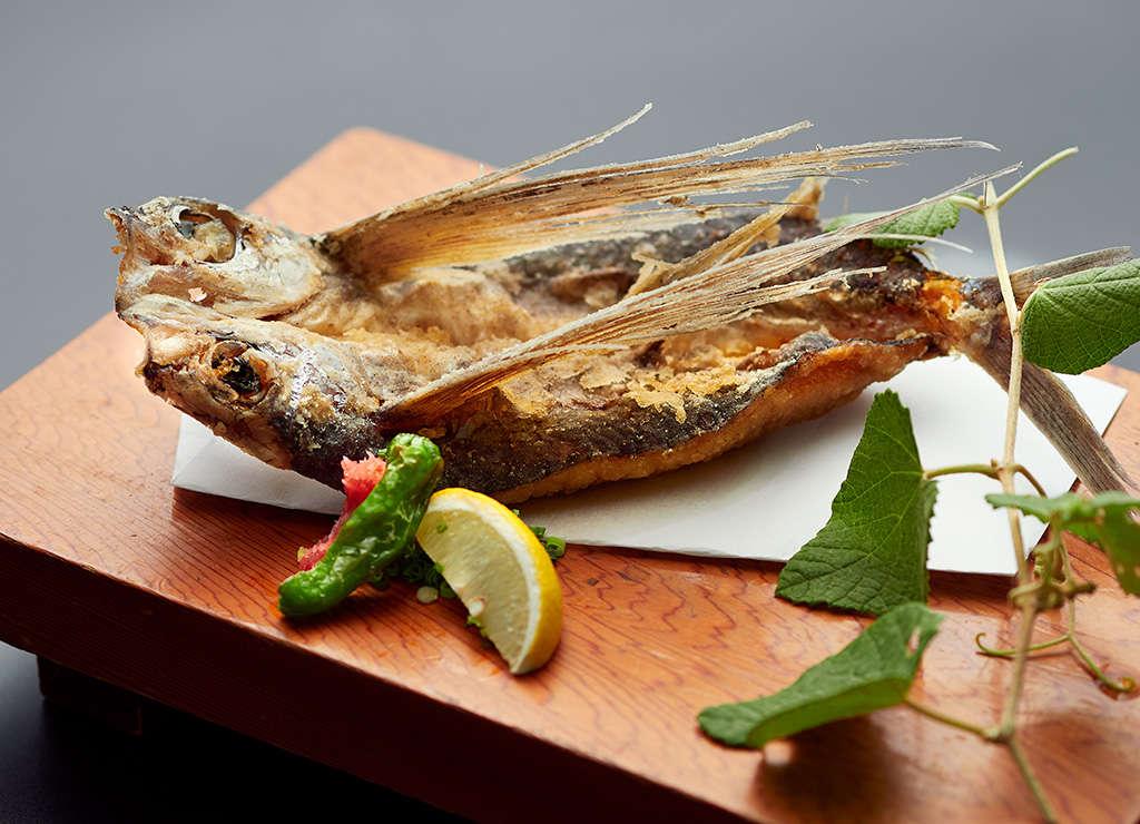 飛魚の唐揚げです。ご夕食の追加メニューでお召し上がりいただけます。