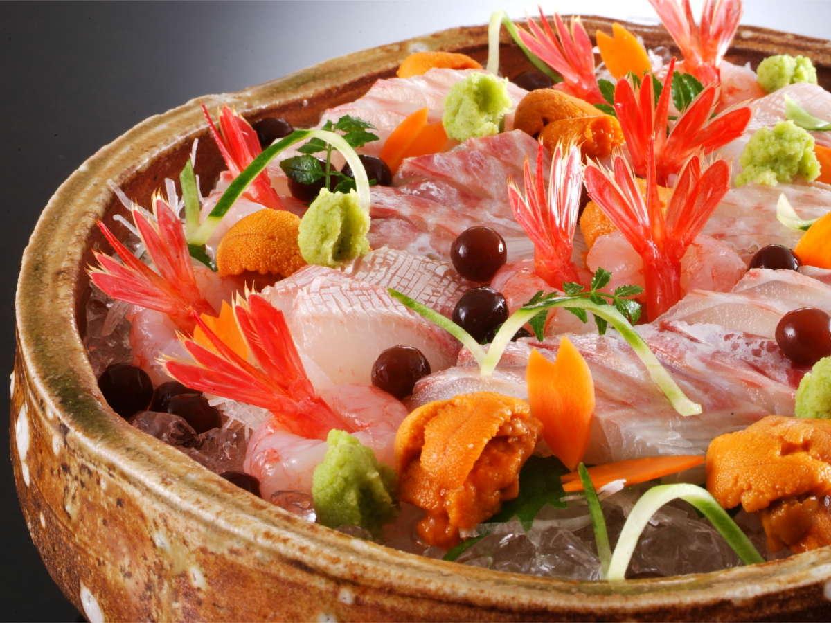 当館では間人漁港から水揚げされる日本海の新鮮で旨味の強い旬のお造りをお愉しみ頂けます。