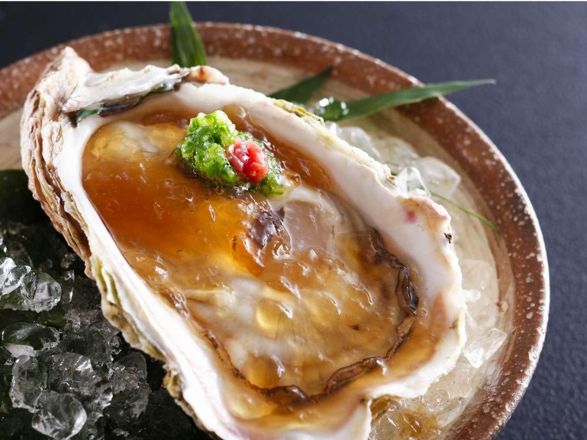 【夏季限定】「海のミルク」と称されるクリーミーで濃厚な特大岩牡蠣を愉しむ♪(一例)