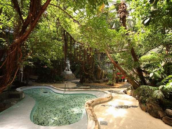 【ジャングル風呂】(植物を眺めながら温泉でゆったりと)