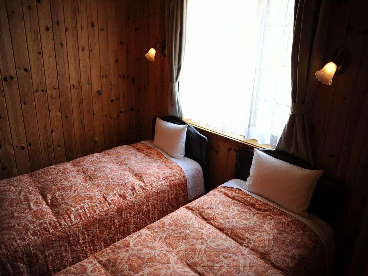 ツインベッドの寝室